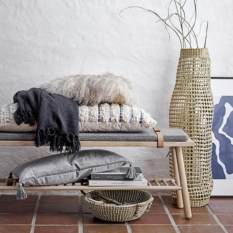 Banc d'entrée en bois et coussin gris style scandinave