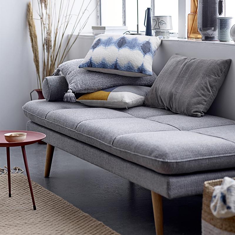 Coussin gris à pompons design Bloomingville 60x40