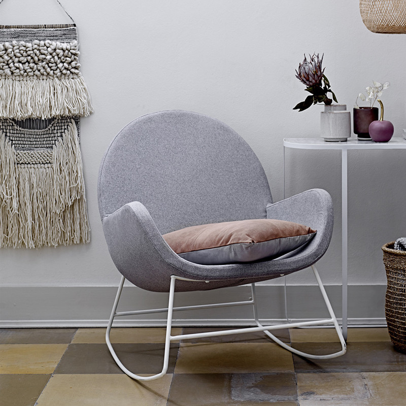 Rocking chair scandinave gris et pied métal blanc Bloomingville