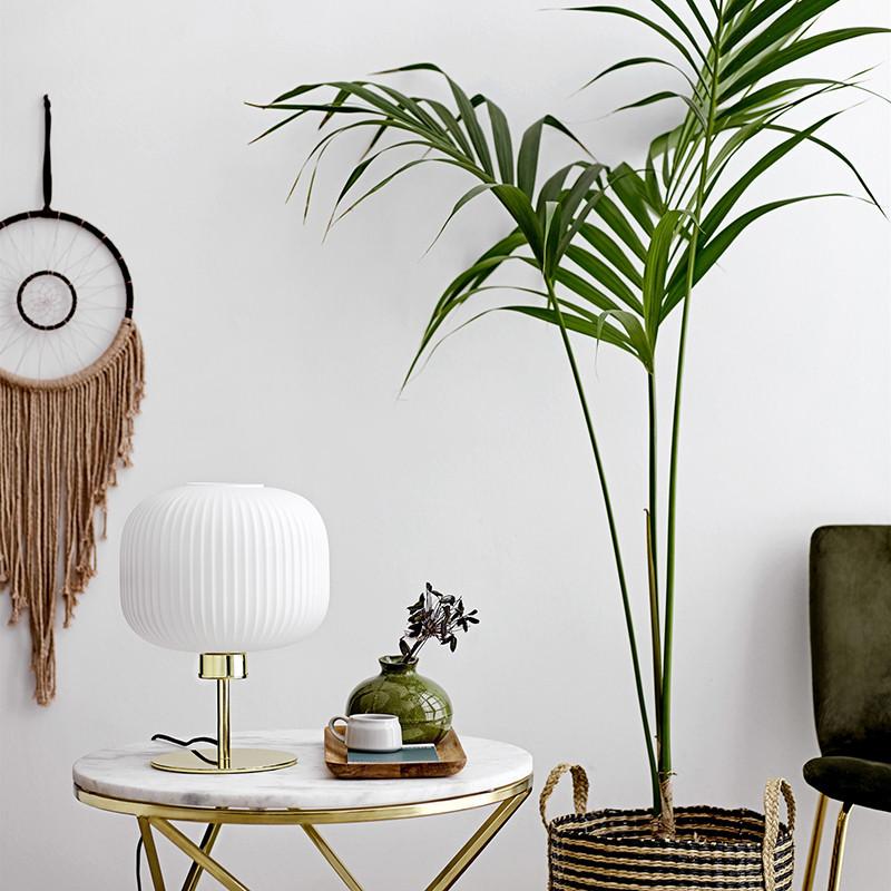 Lampe design doré en verre blanc style art déco