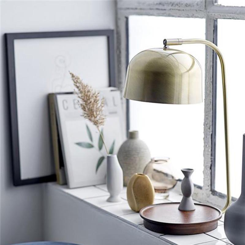Lampe design vintage en bois et métal doré