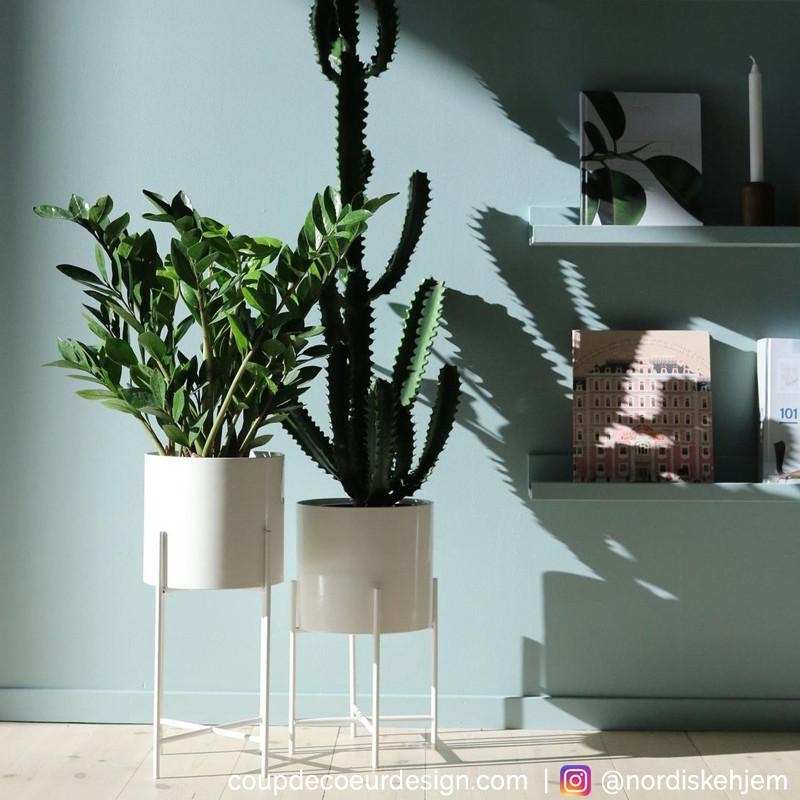 Pots de fleurs blancs design sur pieds - Pétale