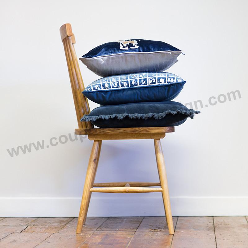 Coussin velours bleu bordure aspect arrachée - Veronica