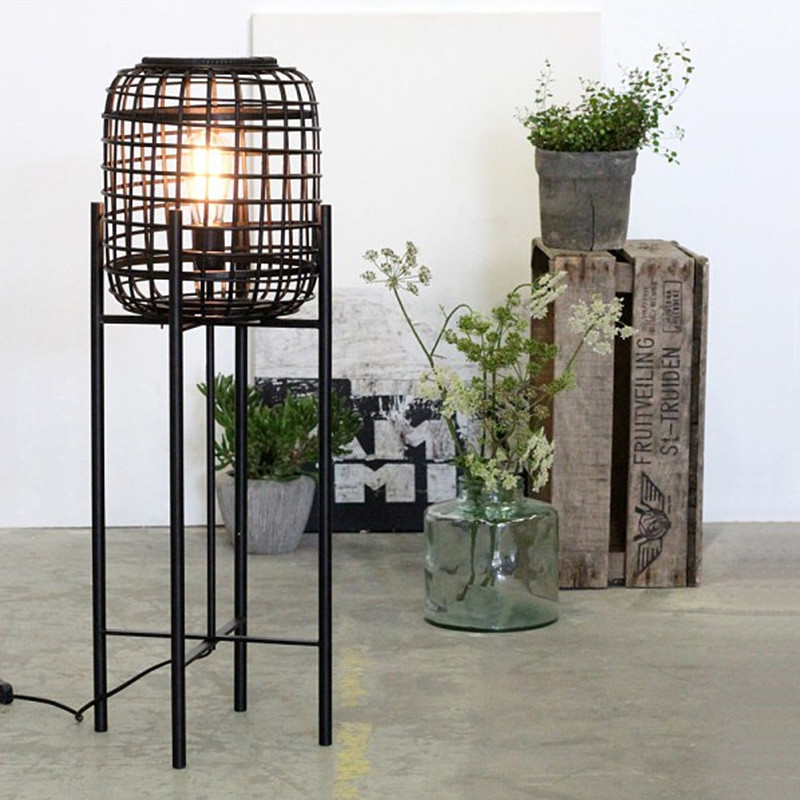 Petit lampadaire en rotin noir design - Divi